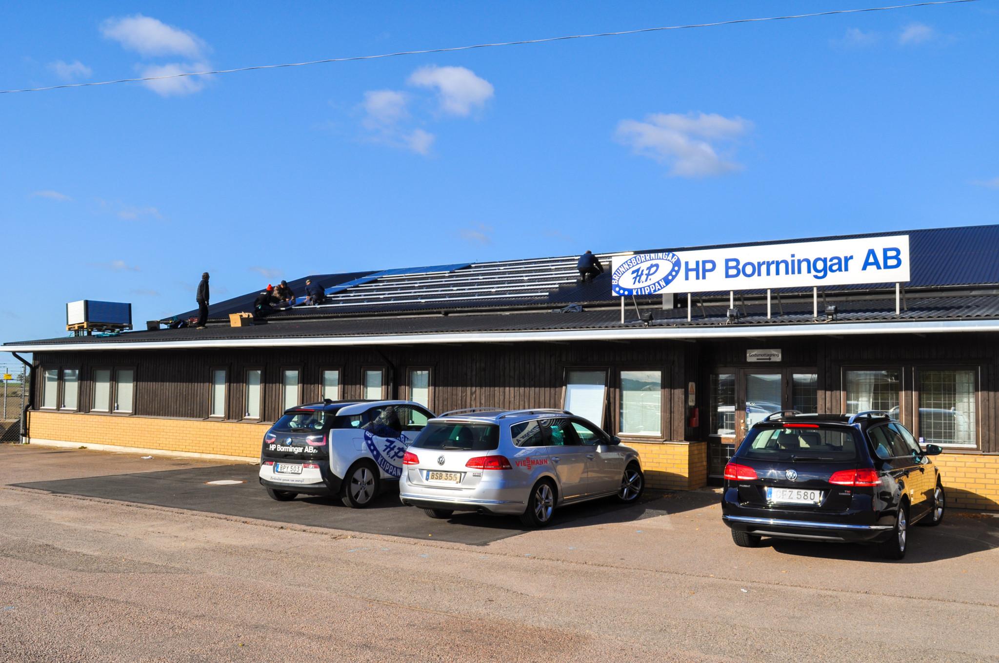 Montering av solpaneler från Viessman på HP Borrningars lokaler i Klippan